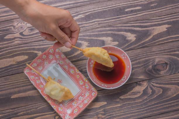 japansk stil stekt klimp gyo-za häxa sho-yu sås på maträtt, träbord bakgrund - cooking sho bildbanksfoton och bilder