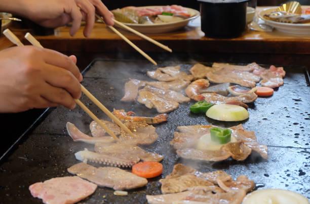 japanisches stil gegrilltes schweinefleisch - spielerfrauen stock-fotos und bilder