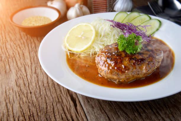 和風ハンバーグまたはハンバーグ、グレービー ソースを添えます。 - ハンバーグ料理 ストックフォトと画像