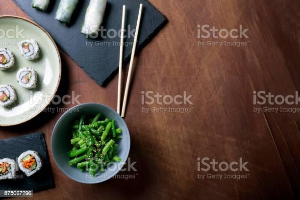 Japanse Sushi En Groene Bonen Op Een Donkere Houten Achtergrond Stockfoto en meer beelden van Alleen volwassenen