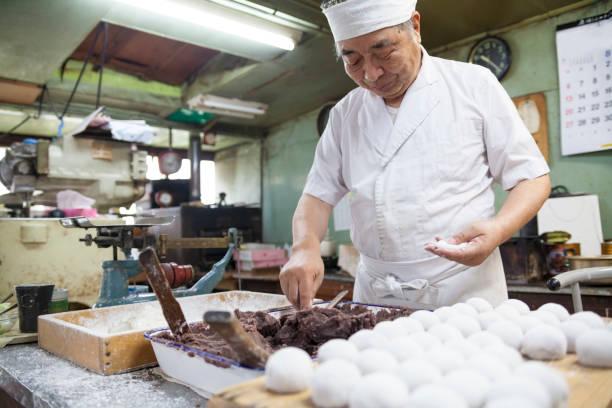 süße japanische meister - knödel kochen stock-fotos und bilder