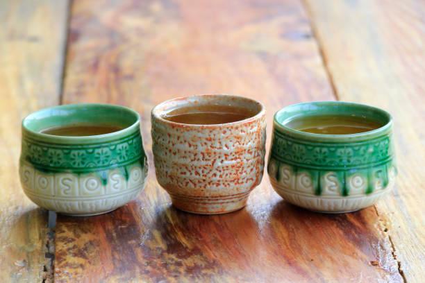 Japanische Teetasse auf Holztisch – Foto