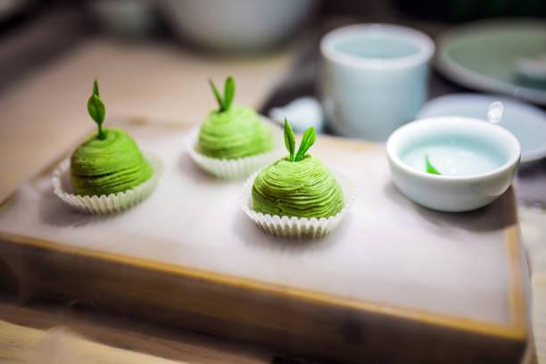 japanischer tee dessert - grüntee kuchen stock-fotos und bilder
