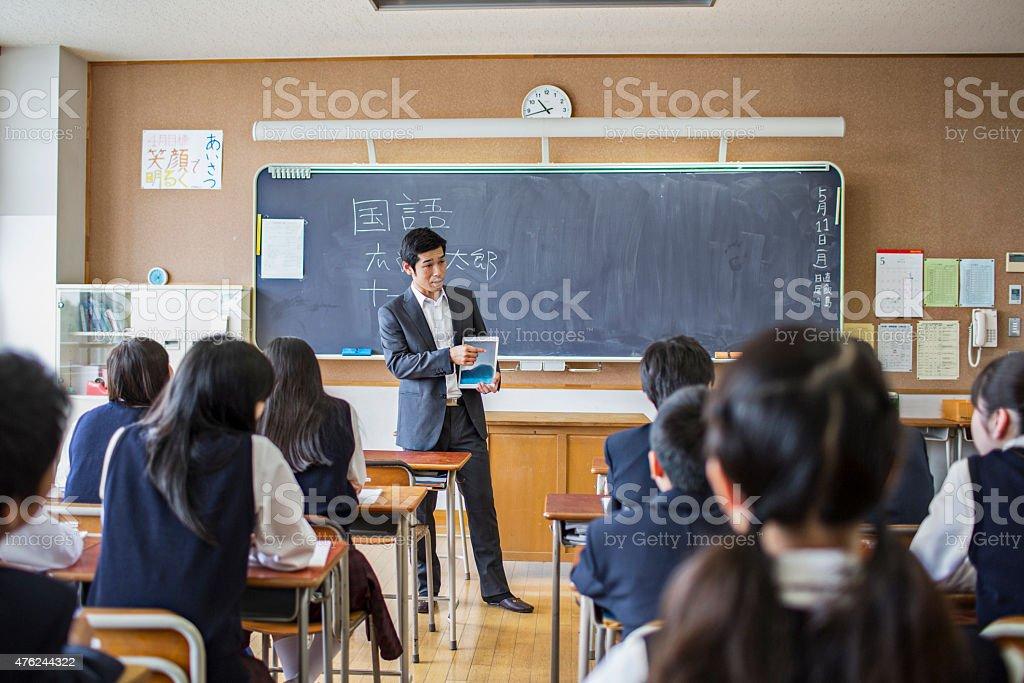 日本の教師、デジタルタブレットを使用して、彼のクラス ストックフォト