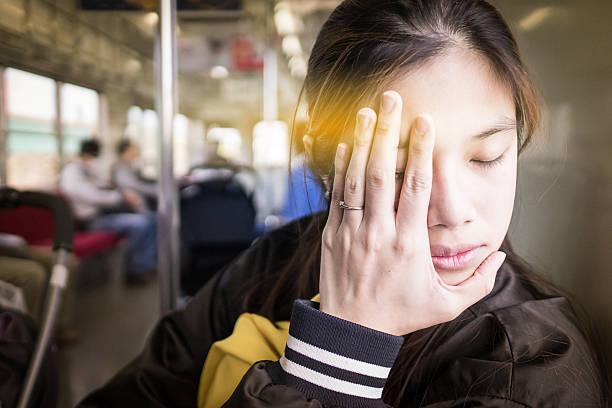 Teen japoneses con enfermedad en un viaje en tren - foto de stock