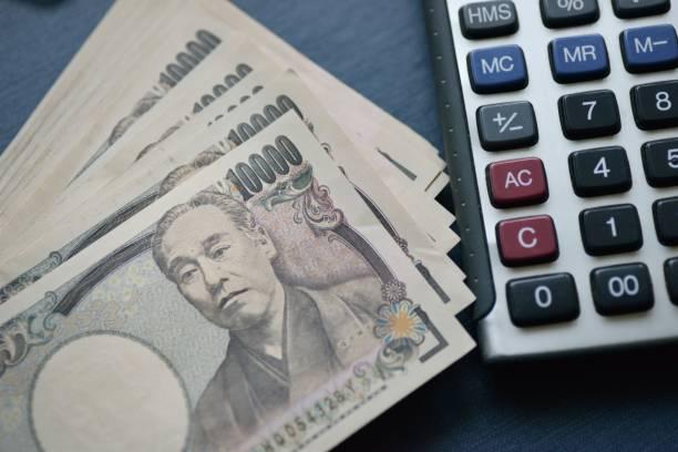 1 万円の請求書と電卓 - 日本銀行 ストックフォトと画像