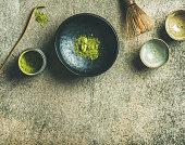 抹茶グリーン ティー、灰色のコンクリート背景を醸造するため日本語ツール