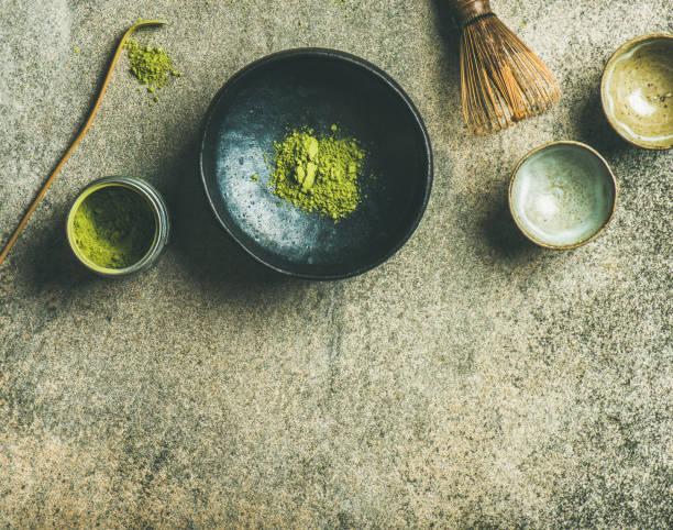 抹茶グリーン ティー、灰色のコンクリート背景を醸造するため日本語ツール - 抹茶 ストックフォトと画像