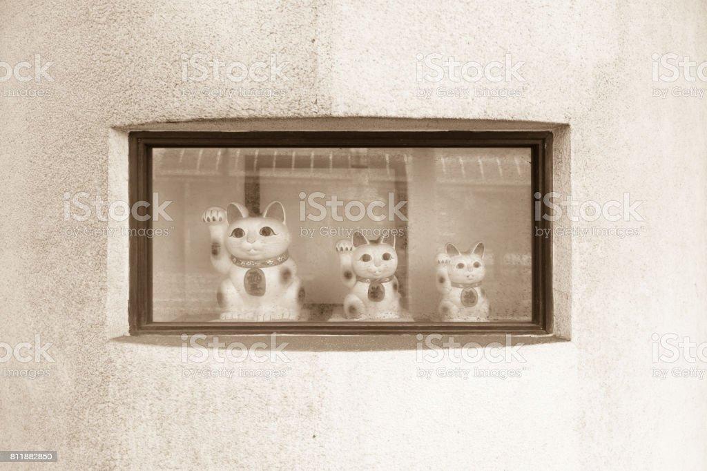 日本の伝統的な猫の置物です。招き猫 (招き猫) と呼びます。 ストックフォト