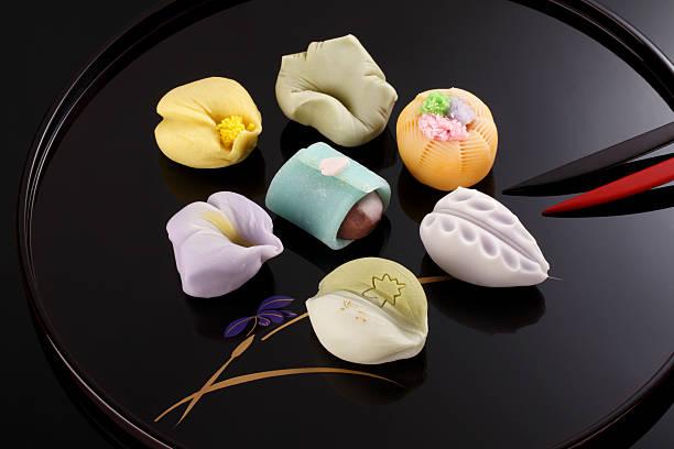日本の伝統的なお菓子ケーキ「和菓子」のプレート - 菓子 ストックフォトと画像
