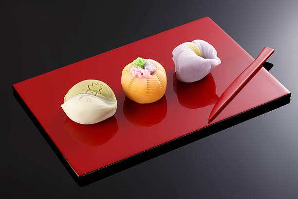"""japanische traditionelle süßwaren kuchen """"wagashi"""" auf teller - grüntee kuchen stock-fotos und bilder"""