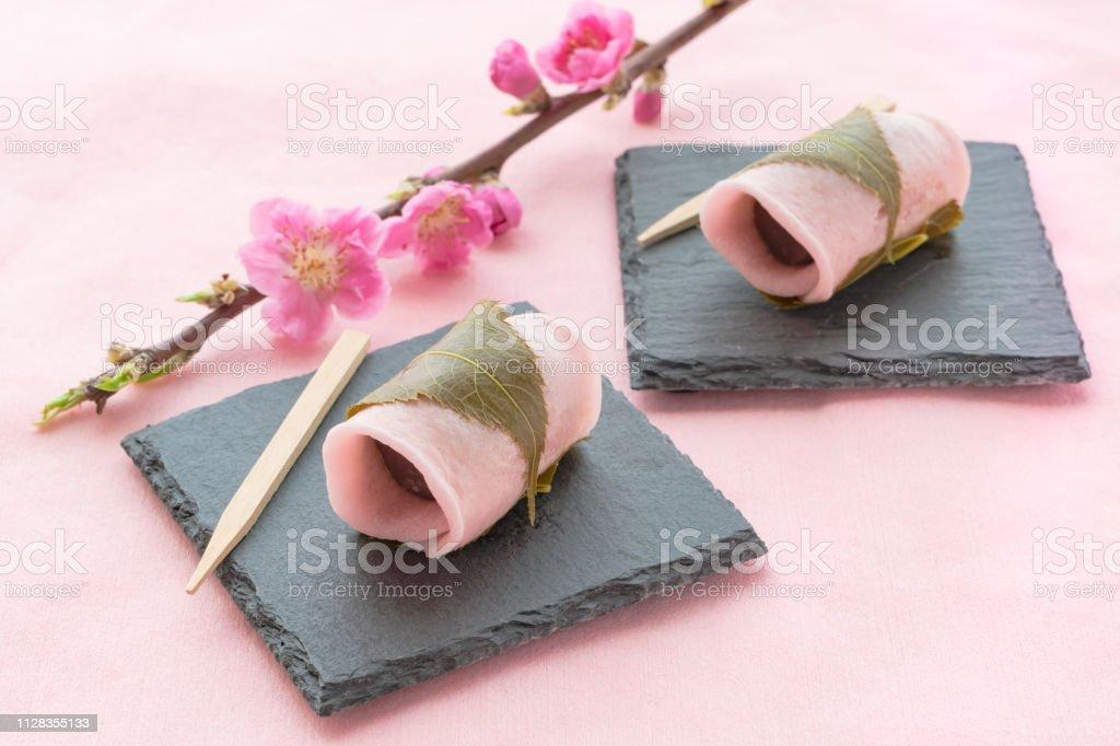 塩漬けの桜の葉で包まれた伝統的な和菓子、桜餅 ストックフォト