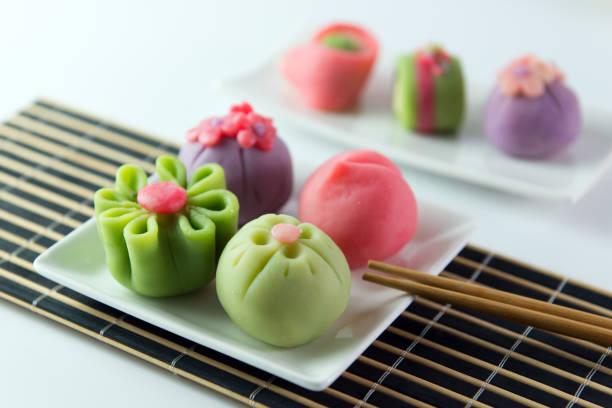 japanische traditionelle konditorei wagashi - grüntee kuchen stock-fotos und bilder