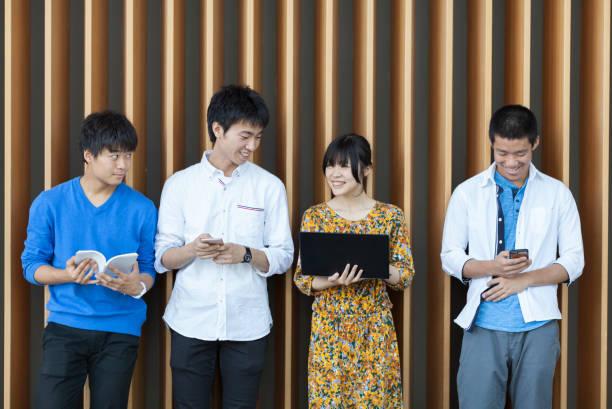 日本人大学生の技術を使用して - 大学生 パソコン 日本 ストックフォトと画像