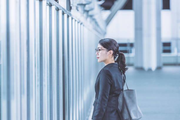 日本の都市ビジネス女性 - ビジネスフォーマル ストックフォトと画像