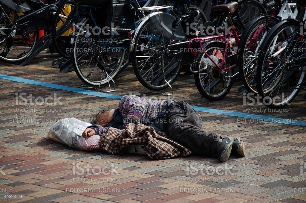 Japanese vagabond people sleeping on floor – Foto