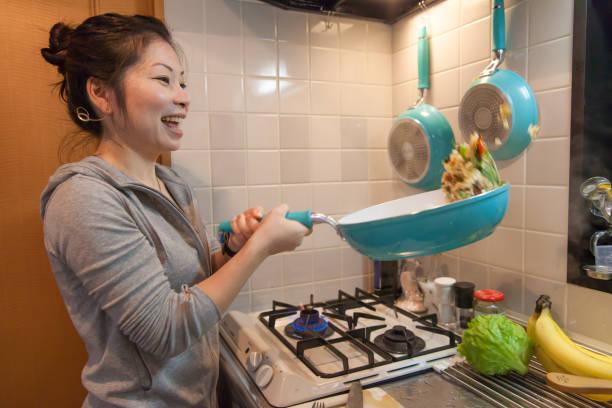 japanische frau kochen - hausgemachter gebratener reis stock-fotos und bilder
