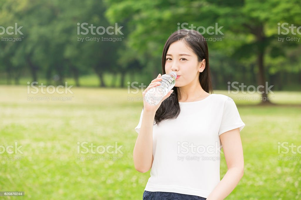 Japoński kobieta wody pitnej zbiór zdjęć royalty-free