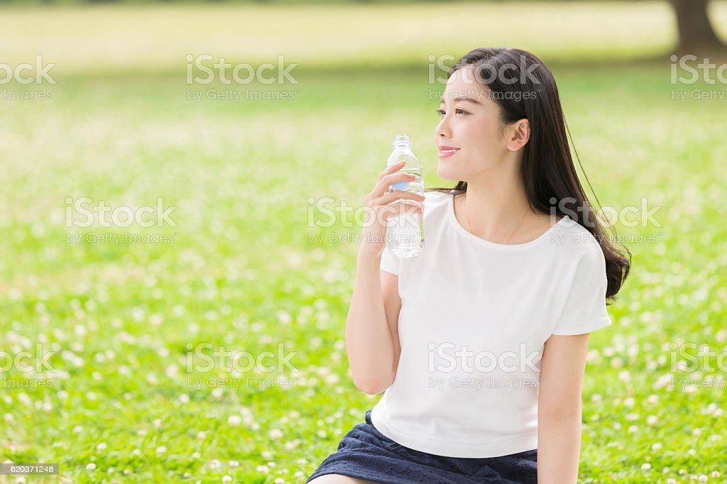 Mulher Japonesa água potável foto de stock royalty-free