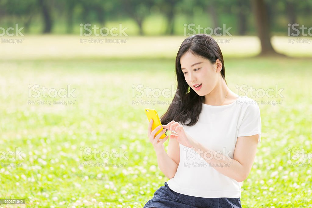 Japanese woman holding a smart phone foto de stock royalty-free