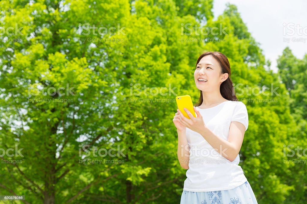 Japanese woman holding a smart phone zbiór zdjęć royalty-free