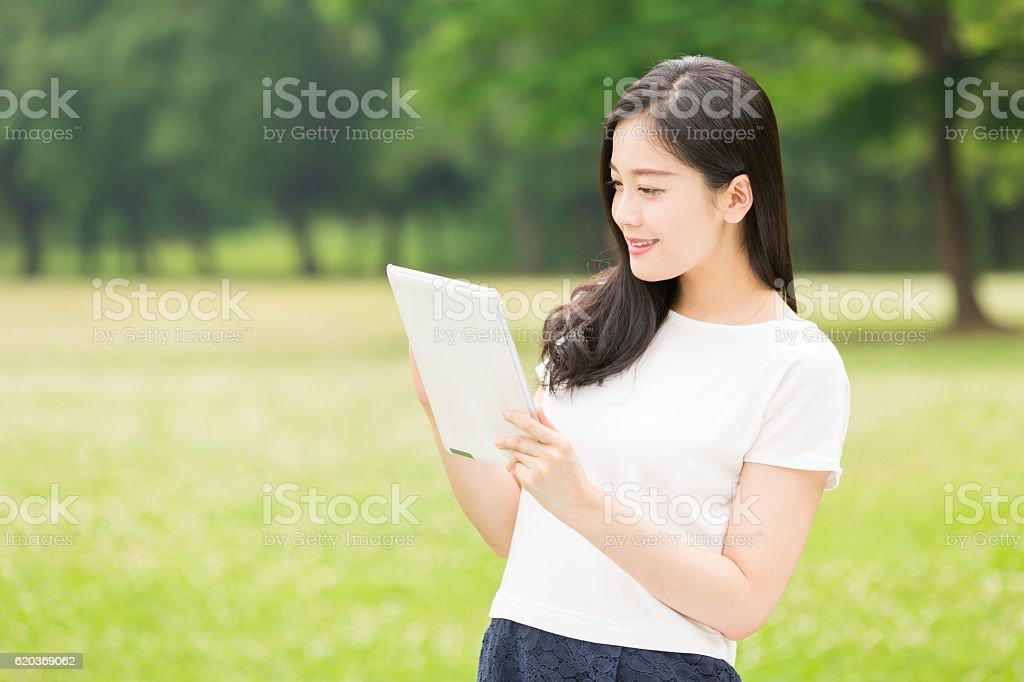 Japanese woman holding a tablet zbiór zdjęć royalty-free