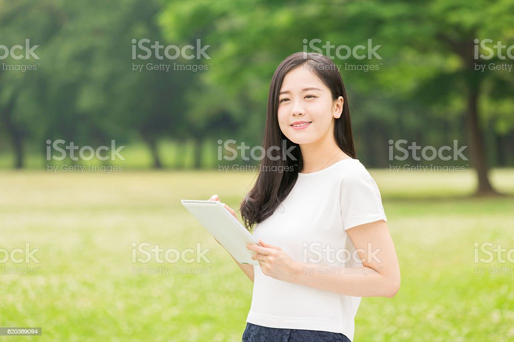Japanese woman holding a tablet zbiór zdjęć royalty-free