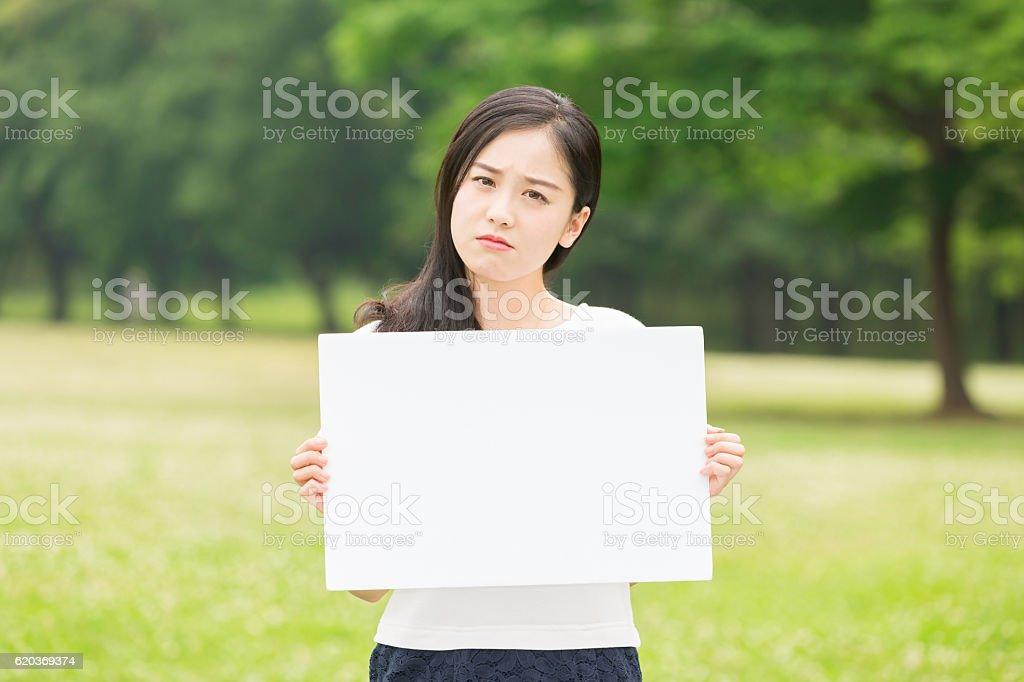 Japanese woman holding a white board zbiór zdjęć royalty-free