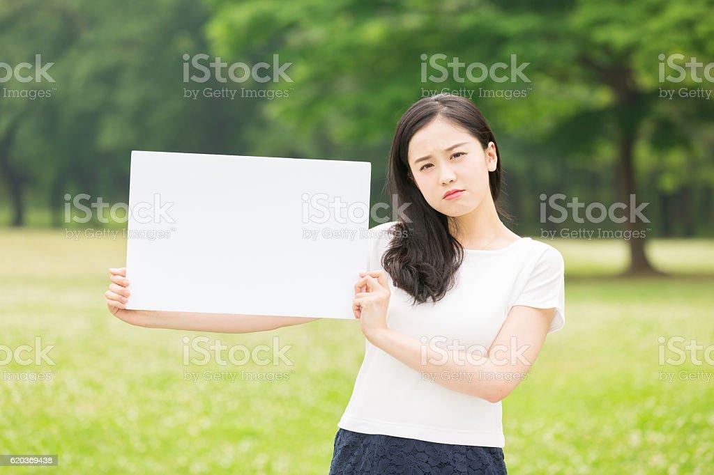 Japanese woman holding a white board foto de stock royalty-free