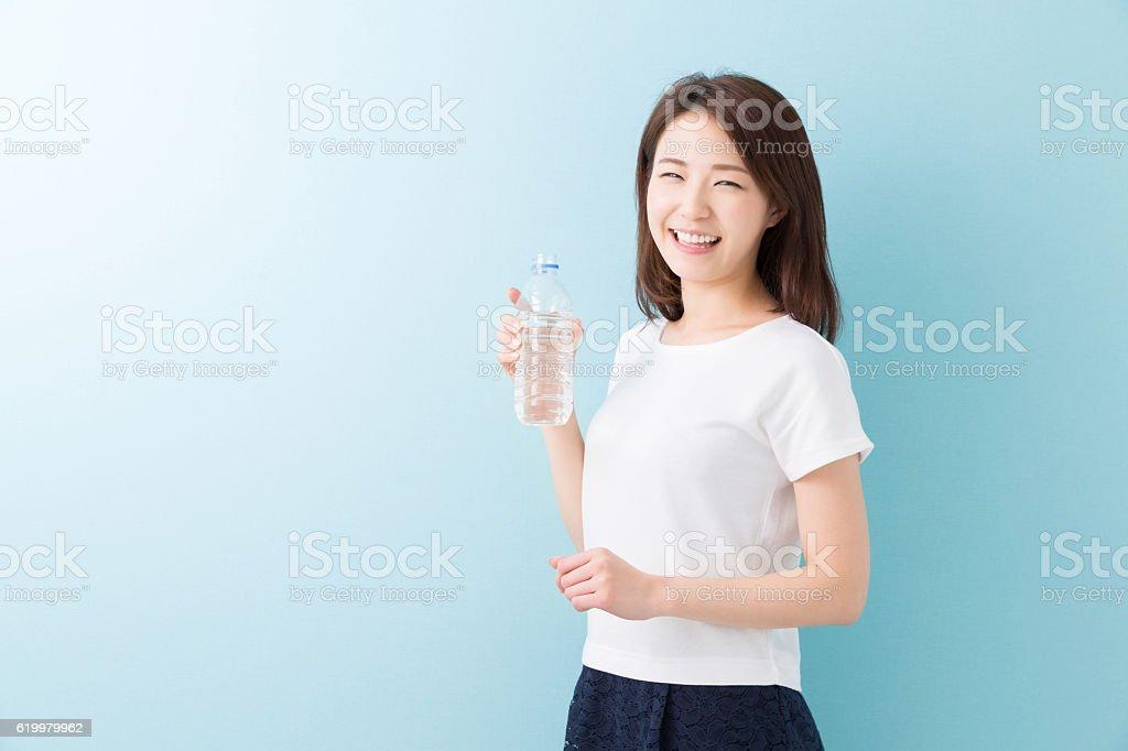 Japanese woman holding water bottle - foto de stock
