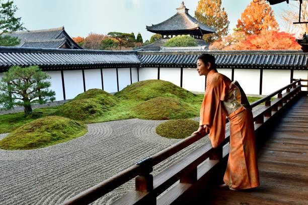 東福寺、京都で日本庭園を鑑賞着物姿の日本女性 - 庭園苔 ストックフォトと画像