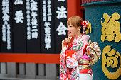 東京・浅草で日本浅草寺浅草で着物姿の日本女性は、都内最古の寺院