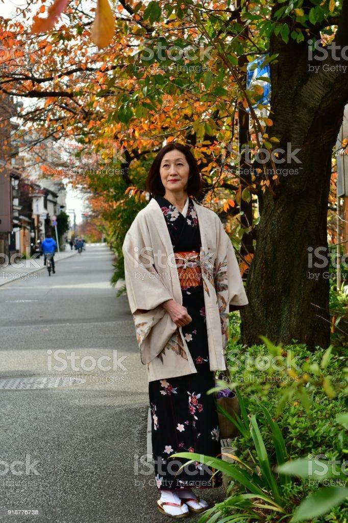Fotografía de Mujer Japonesa Caminando Sobre La Orilla Del Río Kamo ...
