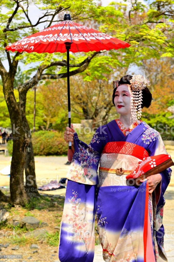 Japanische Frau Im Kostum Und Frisur Von Maiko Geniesst Den Fruhling