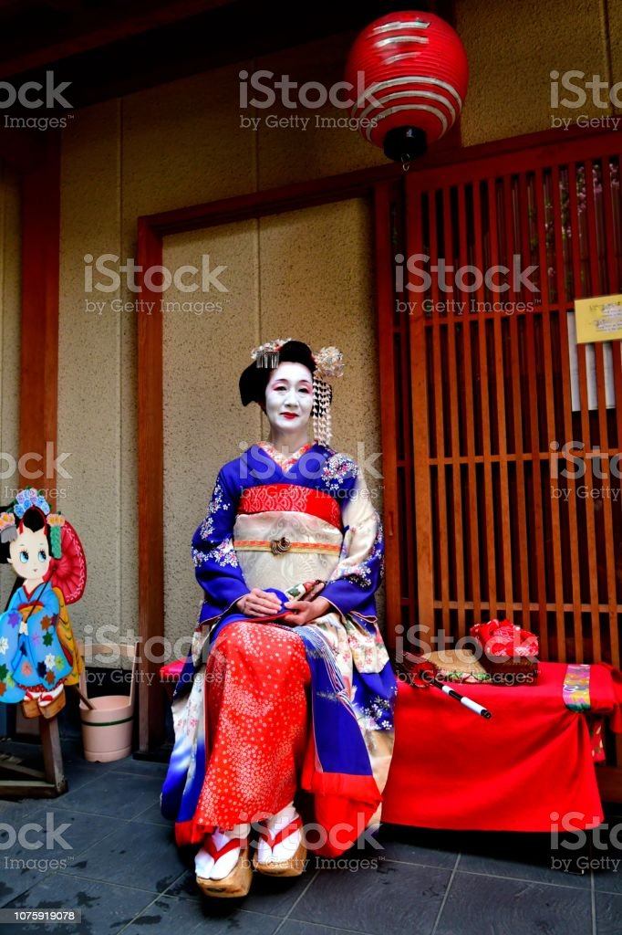 Swell Japanese Woman In Maikos Costume Resting On Courtyard Bench Andrewgaddart Wooden Chair Designs For Living Room Andrewgaddartcom