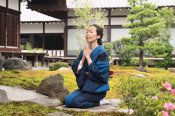 Kết quả hình ảnh cho japanese girl kneeling to pray