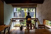 カフェでくつろげる浴衣の日本人女性