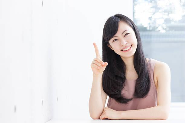 japanese woman making gestures - 指差す ストックフォトと画像