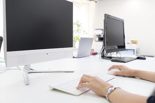 オフィスにあるパソコンの写真|KEN'S BUSINESS|ケンズビジネス|職場問題の解決サイト