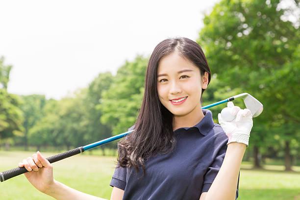 japanese woman playing golf - ゴルフ ストックフォトと画像