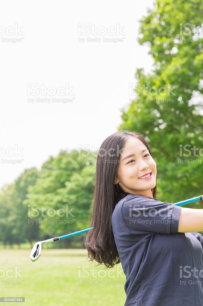 Japanese woman playing golf foto de stock royalty-free
