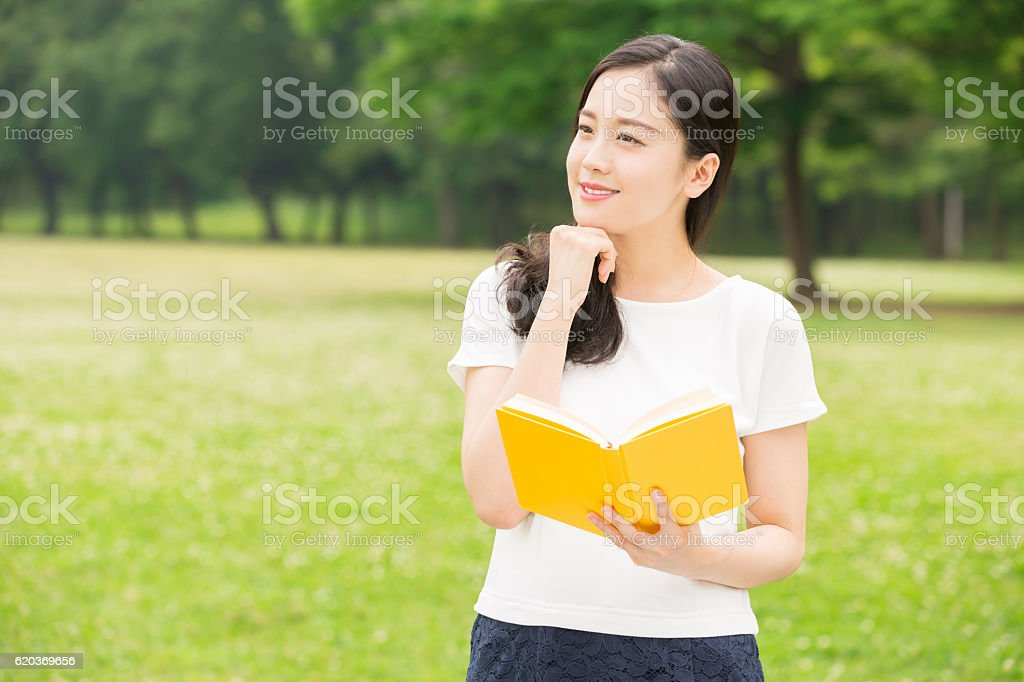 Mulher Japonesa ler um livro foto de stock royalty-free