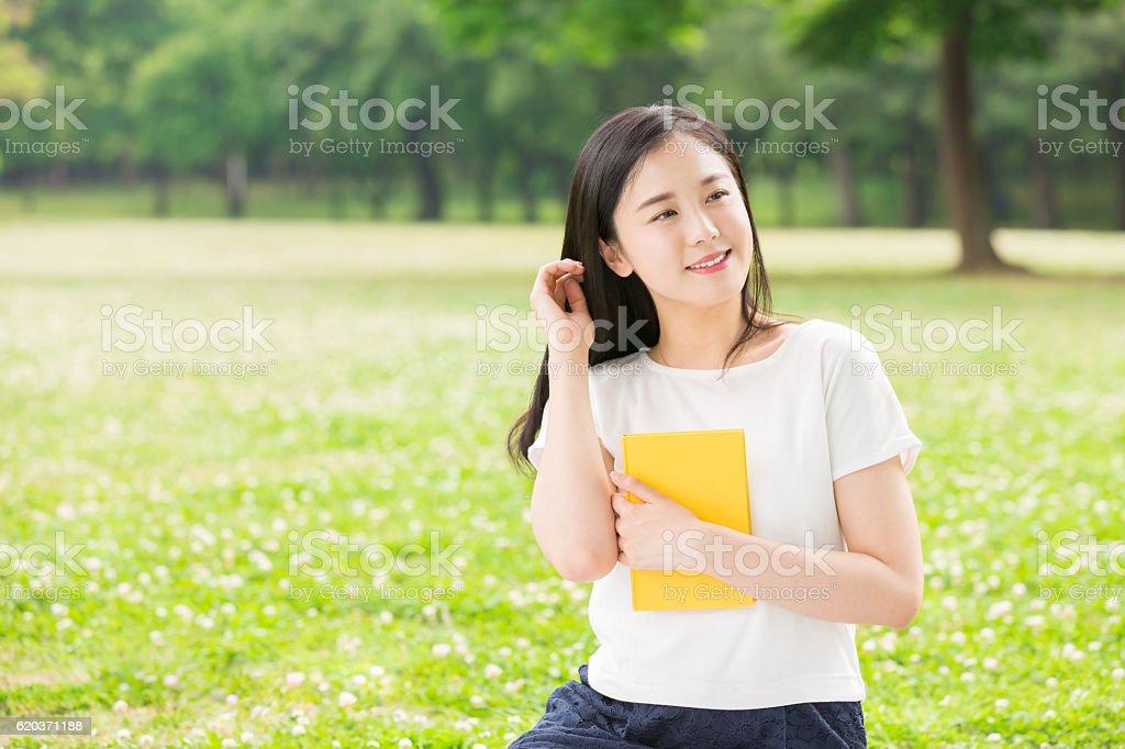 Japoński kobieta czytanie książki zbiór zdjęć royalty-free