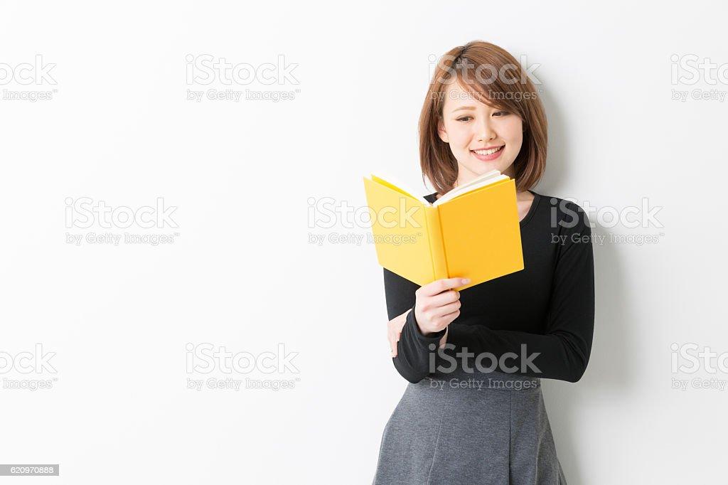 Japanische Frau liest ein Buch – Foto
