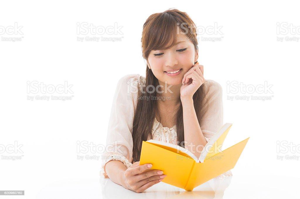 Mulher lendo um livro japonês foto royalty-free