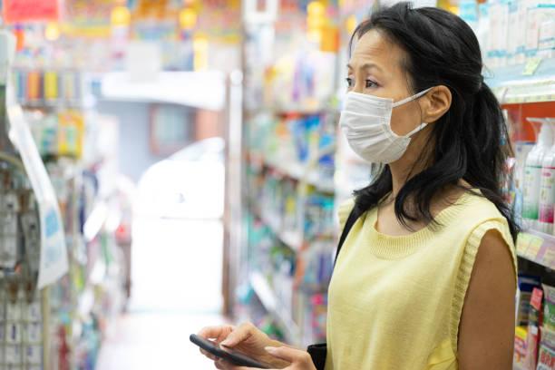 薬局で買い物をする日本人女性 - sustainability ストックフォトと画像