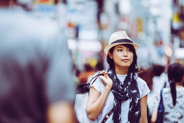 japanische frau einkaufen in den straßen von tokio. - neontasche stock-fotos und bilder