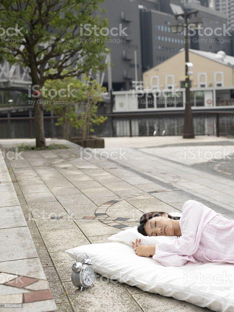 Giapponese donna dormire su futon, esterno foto stock royalty-free