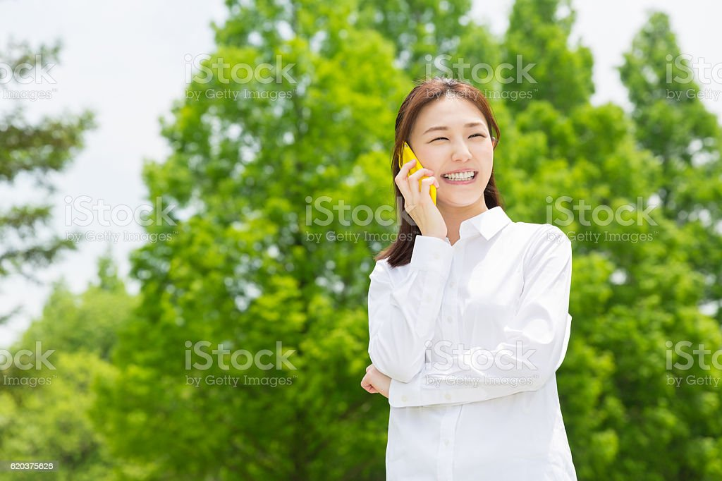 Japanese woman talking on a smart phone foto de stock royalty-free