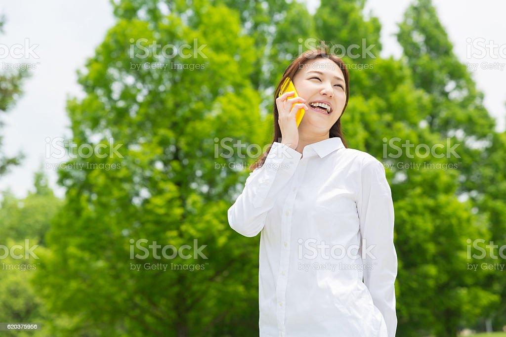 Japanese woman talking on a smart phone foto de stock royalty-free